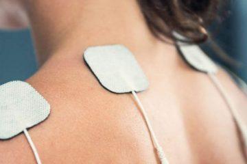 Perfect TENS-laite ja elektrodit naisen selässä