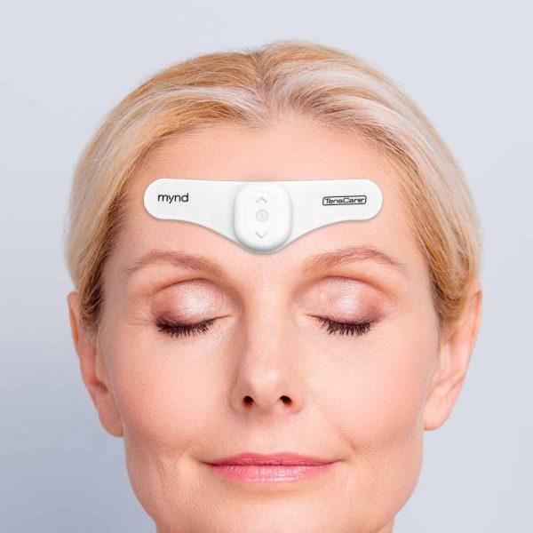 MYND-migreenipanta naisen otsalla.