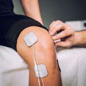Sports TENS 2 laite elektrodit urheilijan polvessa